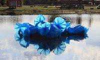 Pressefoto_Gregor Zootzky_Installation Müllblumen_Achter_Kontinent_Sept_2020_Hofweiher_Eifel_Foto Gregor Zootzky_zum Abdruck frei_k.jpg