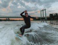 surfen-auf-dem-rhein-foto-surft.kologne-honorarfrei.jpg